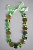 Зелено ланче од разнобојни каменчиња